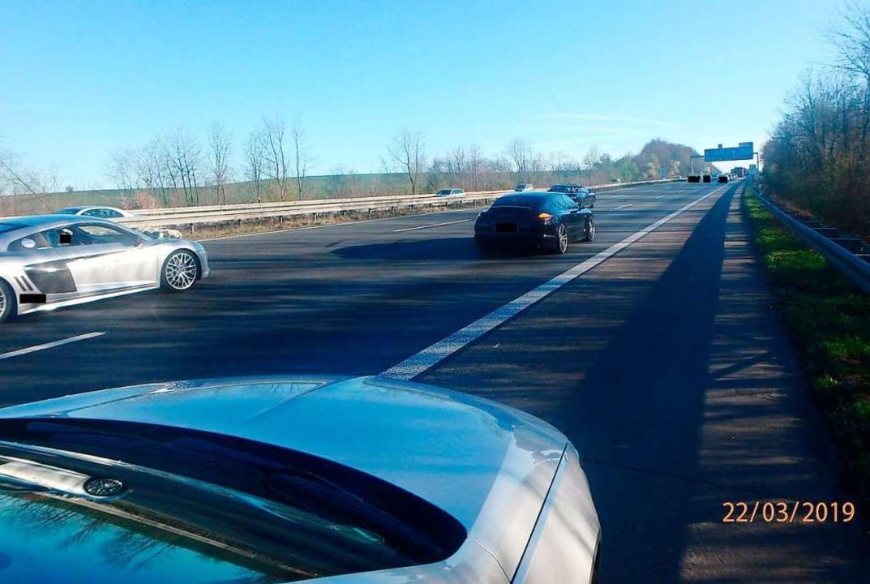 Das Foto der Polizei zeigt einen Hochzeitskorso auf der Autobahn A3.  | Foto: dpa