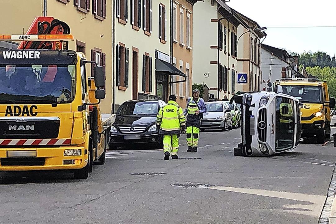 Der umgekippte Mercedes in der Schopfh...eichstraße musste abgeschleppt werden.  | Foto: Monika Weber
