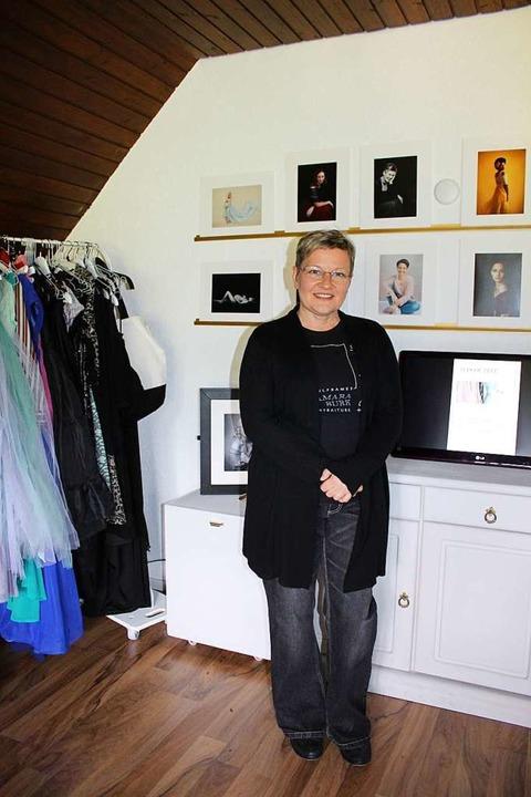 Tamara Burk in ihrem Atelier auf dem W...und einige ihrer Portraitfotographien.  | Foto: Karin Heiß