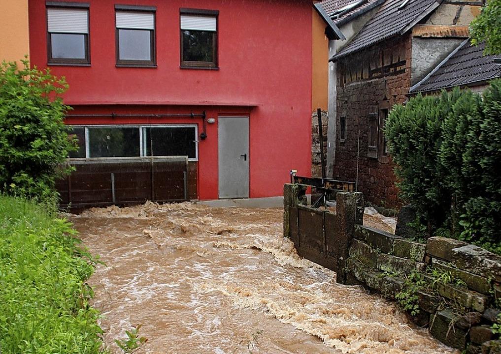 Hochwasser in der Ortsmitte Münchweier im Juni 2013.  | Foto: Erika Sieberts