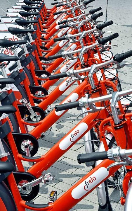 300 rot-weiße Fahrräder stehen an 35 Stationen in der Stadt zur Verfügung.  | Foto: Michael Bamberger