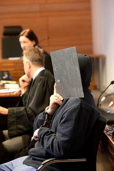 Wenn Bernhard H. den Saal betritt, verbirgt er sein Gesicht.  | Foto: Ingo Schneider