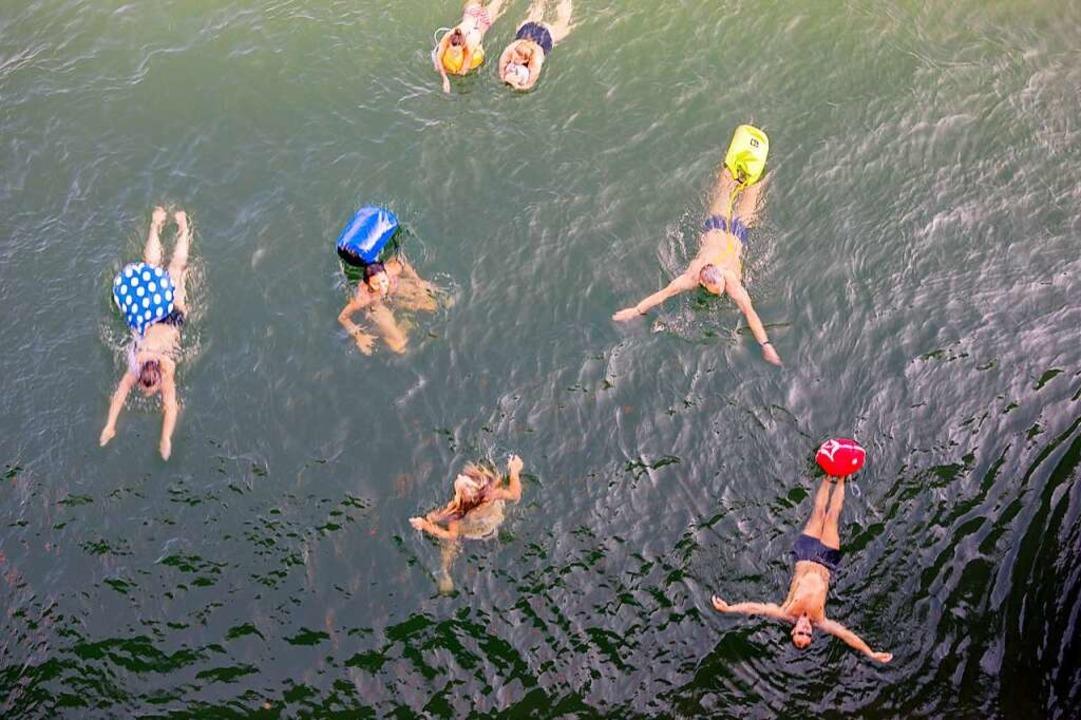 Die Basler schwimmen im Sommer gerne i...in die sie die Kleidung einschließen.     Foto: Joss Andres