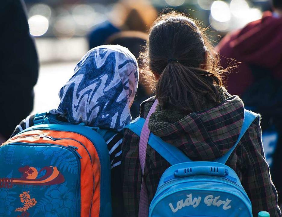 Ein Mädchen in Berlin trägt ein Kopftuch.   | Foto: Daniel Bockwoldt (dpa)