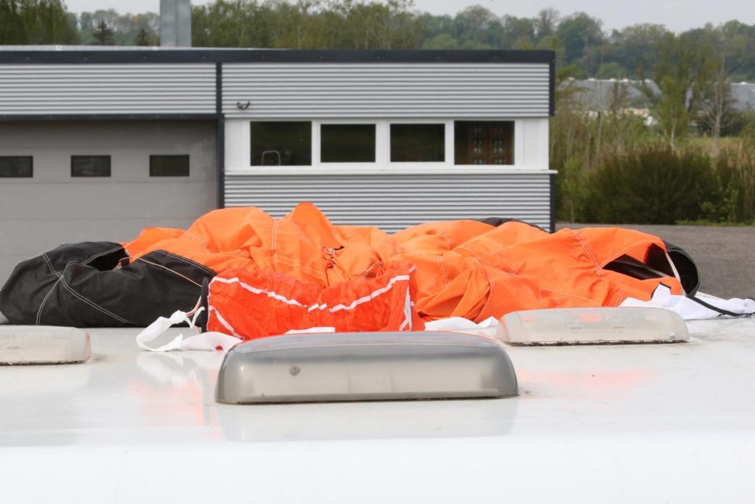 Der Fallschirm eines der Verunglückten...tzt worden, wie die Polizei mitteilte.  | Foto: Thomas Warnack (dpa)