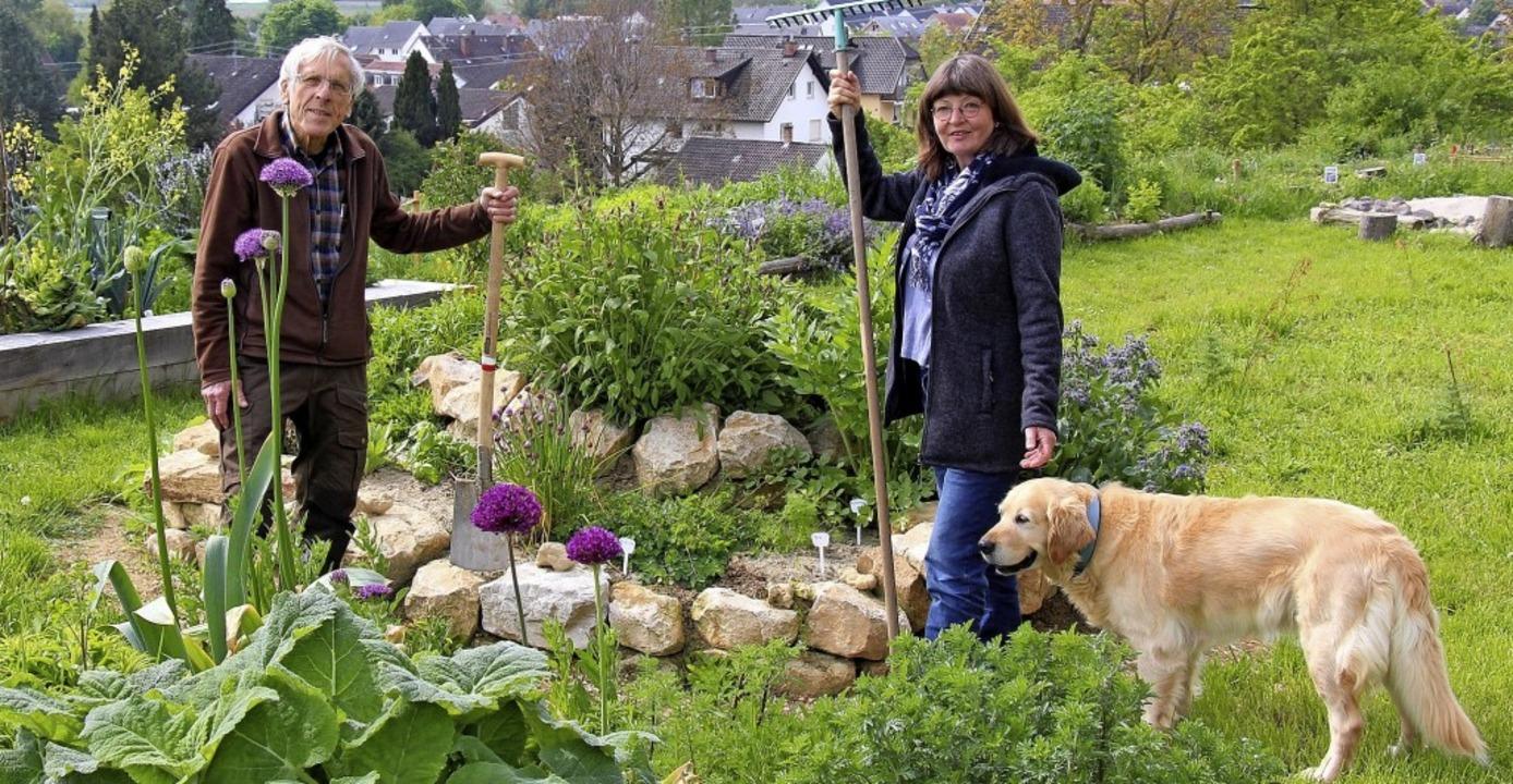 Josef Aschenbrenner und Dagmar Reduth ...en Wildblumen vom Tuniberg bepflanzt.   | Foto:  Christine Speckner