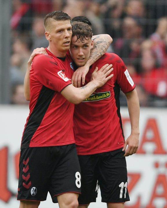 Mike Frantz beglückwünscht Luca Waldschmidt zu seinem Treffer.  | Foto: Patrick Seeger (dpa)