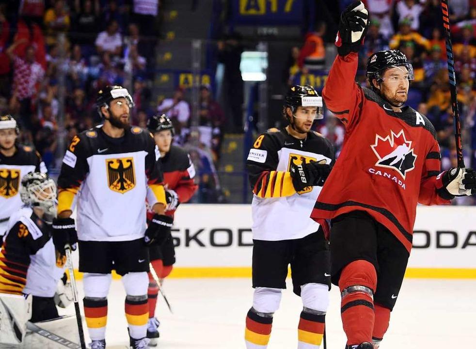 Die deutsche Eishockey-Nationalmannsch...1, Mark Stone (rechts), über sein Tor.  | Foto: Monika Skolimowska (dpa)