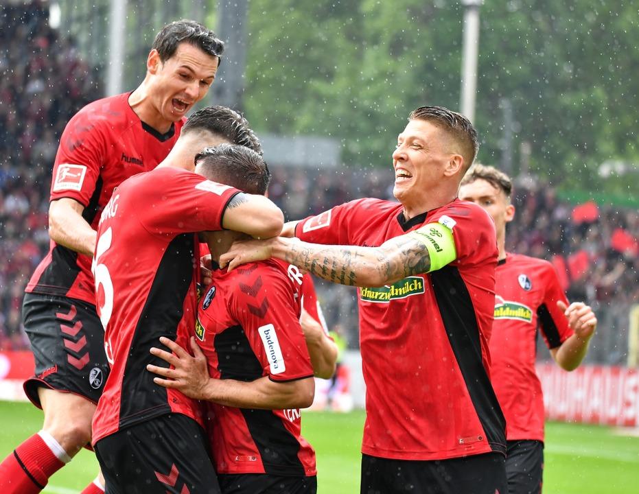 Im Regen von Freiburg erzielt Marco Te...rg das 1:0 und eröffnet den Torreigen.    Foto: Achim Keller