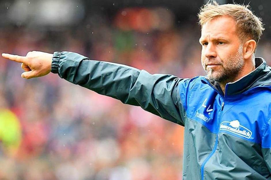 Vor ausverkauftem Haus erwischt der SC Freiburg einen unglücklichen Saisonstart gegen Eintracht Frankfurt und verliert mit 0:2. Co-Trainer Lars Vossler ersetzt den unter Rückenproblemen leidenden Chefcoach Christian Streich. (Foto: THOMAS KIENZLE)