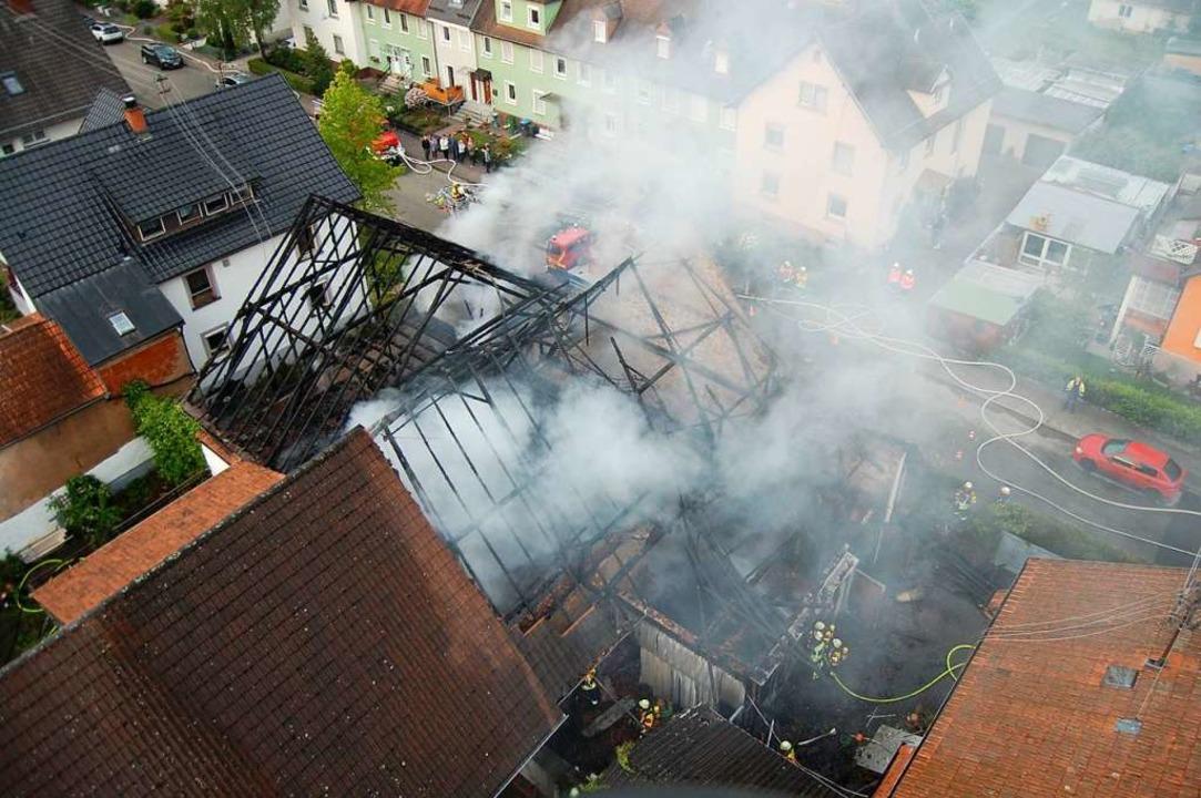 Blick von oben auf den noch qualmenden...bäude konnte die Feuerwehr verhindern.  | Foto: Feuerwehr Herbolzheim