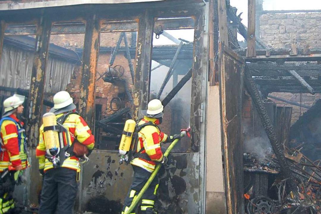 Die Scheune wurde bei dem Brand trotz ... Wehren verhinderten aber Schlimmeres.  | Foto: Feuerwehr Herbolzheim