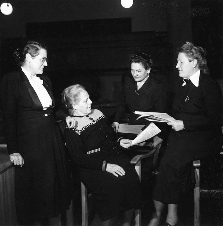 Gruppenbild mit Papieren: Helene Wesse... die Frauen im Parlamentarischen Rat.     Foto: HDG Bonn