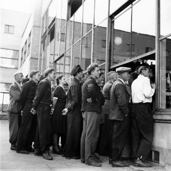 Draußen vor dem Fenster:  Zuhörer bei ...en Sitzung des Parlamentarischen Rats     Foto: HDG Bonn