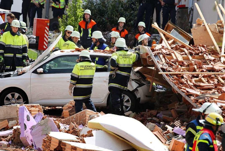 Zahlreiche Helfer von Feuerwehr und Bayerischem Roten Kreuz sind vor Ort.  | Foto: Karl-Josef Hildenbrand (dpa)