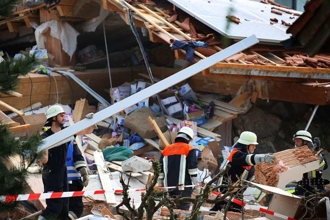 Trümmer liegen verstreut auf der Straße.  | Foto: Karl-Josef Hildenbrand (dpa)