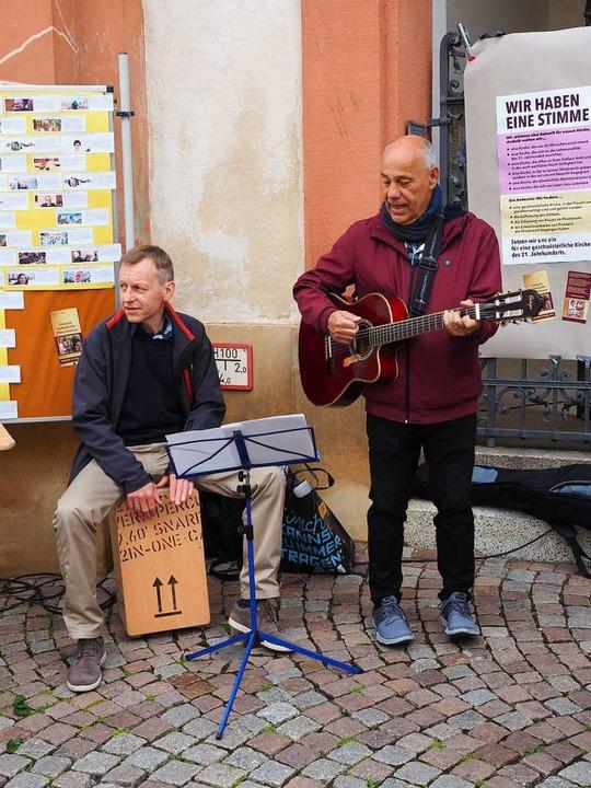 Zu den vor dem Münster gesungenen Liedern gab es muskalische Begleitung.  | Foto: Hans Christof Wagner