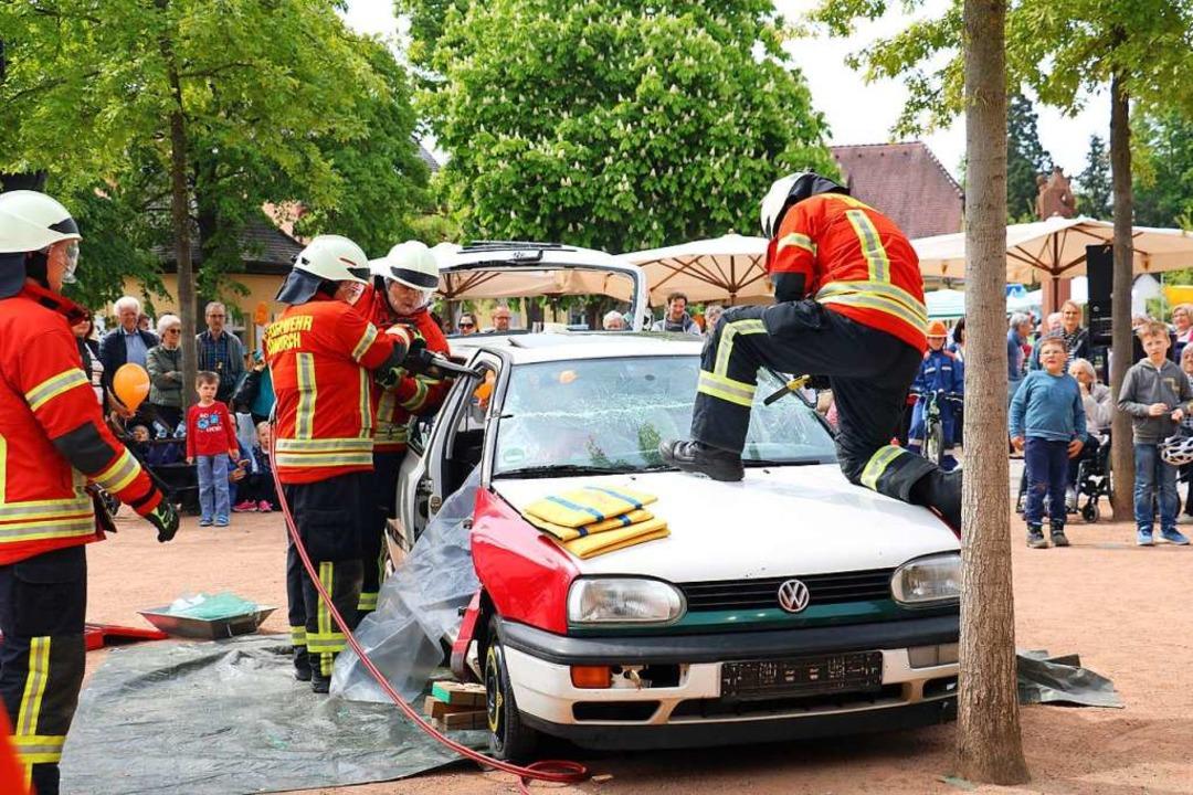 Schauübung der Freiwilligen Feuerwehr ...ng nach einem Aufprall auf einen Baum.  | Foto: Christa Rinklin