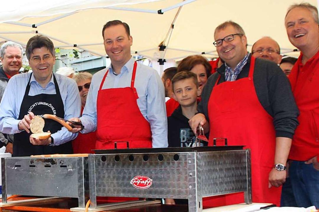 Grillmeister (von links): Landrat Mart...einer und Bürgermeister Alexander Guhl  | Foto: Gerd Leutenecker