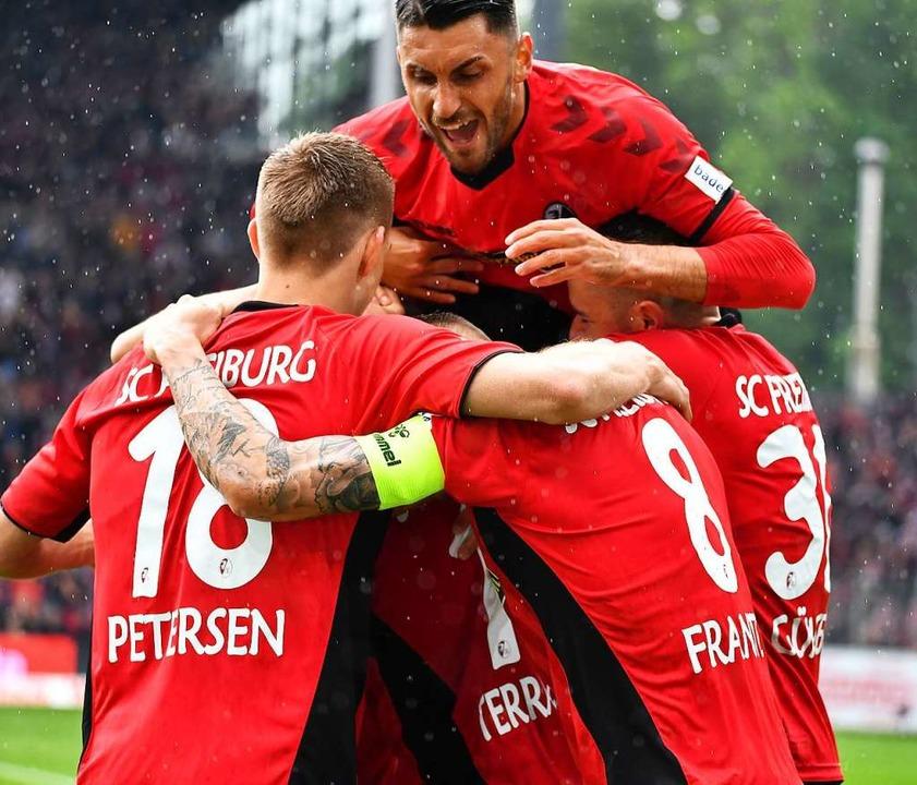 Freudiger Haufen: Die SC-Spieler Nils ...no nach seinem frühen Führungstreffer.  | Foto: Achim Keller
