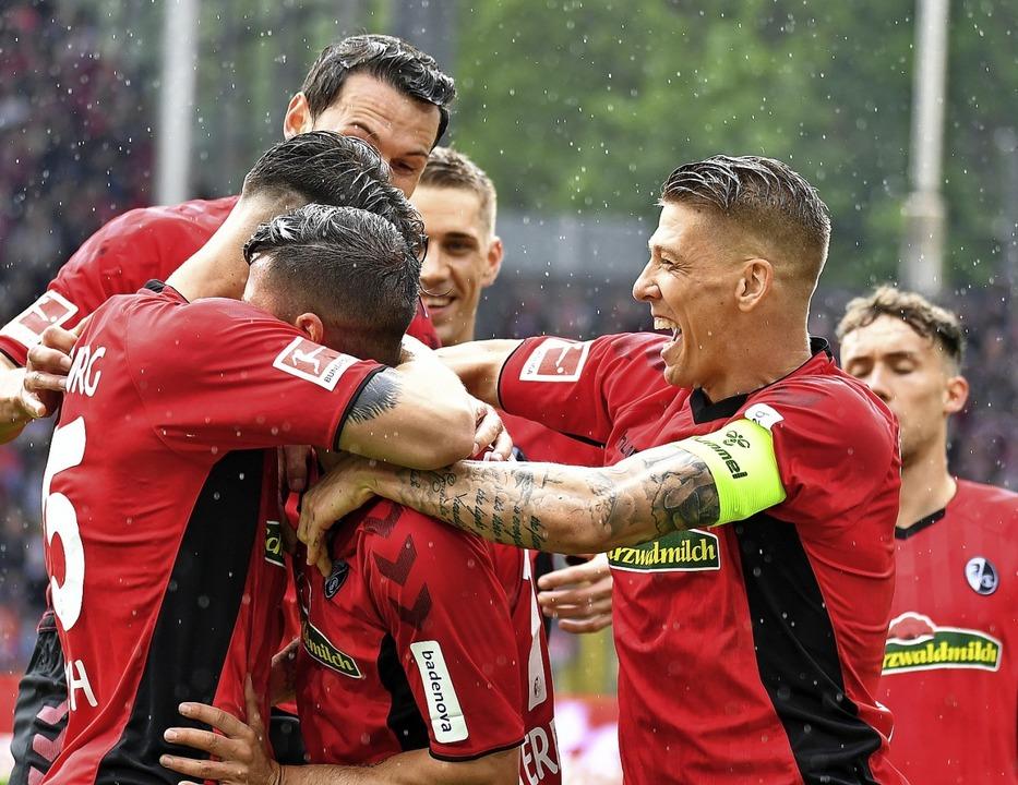 Freudiger Haufen: Die SC-Spieler Robin...o nach seinem frühen Führungstreffer.   | Foto: Achim Keller