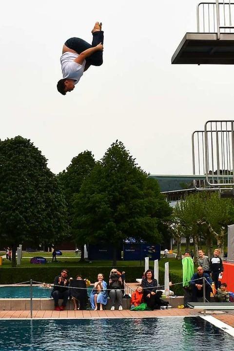 Organisator Jens Hoffmann wagte einen  Sprung vom Fünf-Meter-Turm.  | Foto: Barbara Ruda