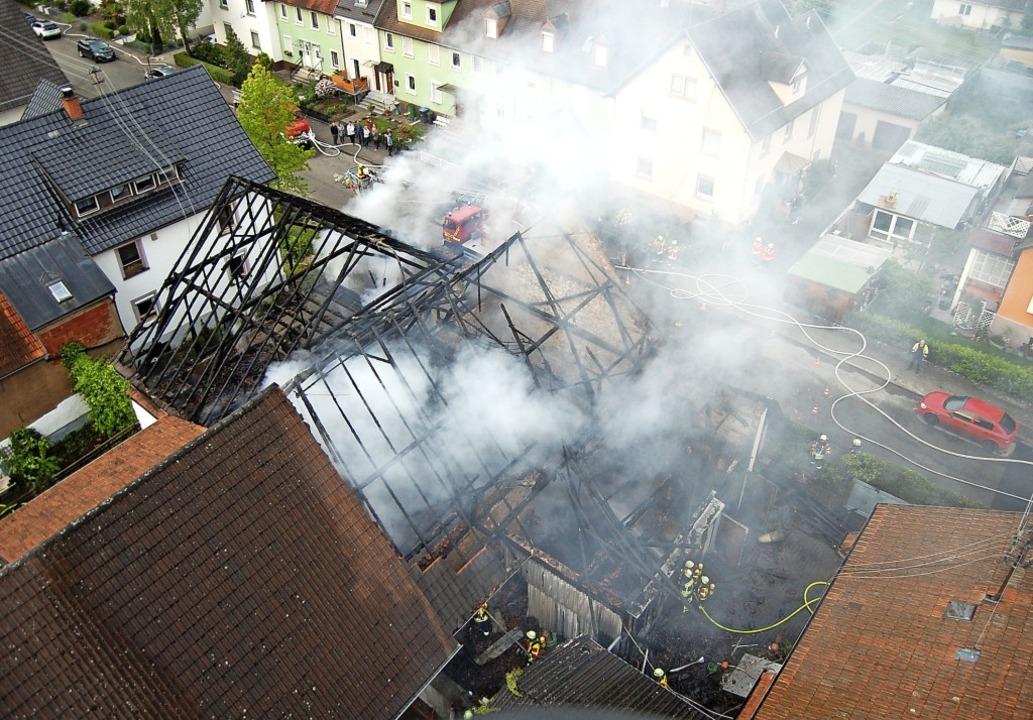 Blick von oben auf den noch qualmenden...äude konnte die Feuerwehr verhindern.   | Foto: Feuerwehr Herbolzheim