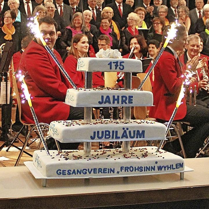 Als überraschendes Geschenk an die Sän...ne tolle Geburtstagstorte in den Saal.  | Foto: Rolf Reißmann
