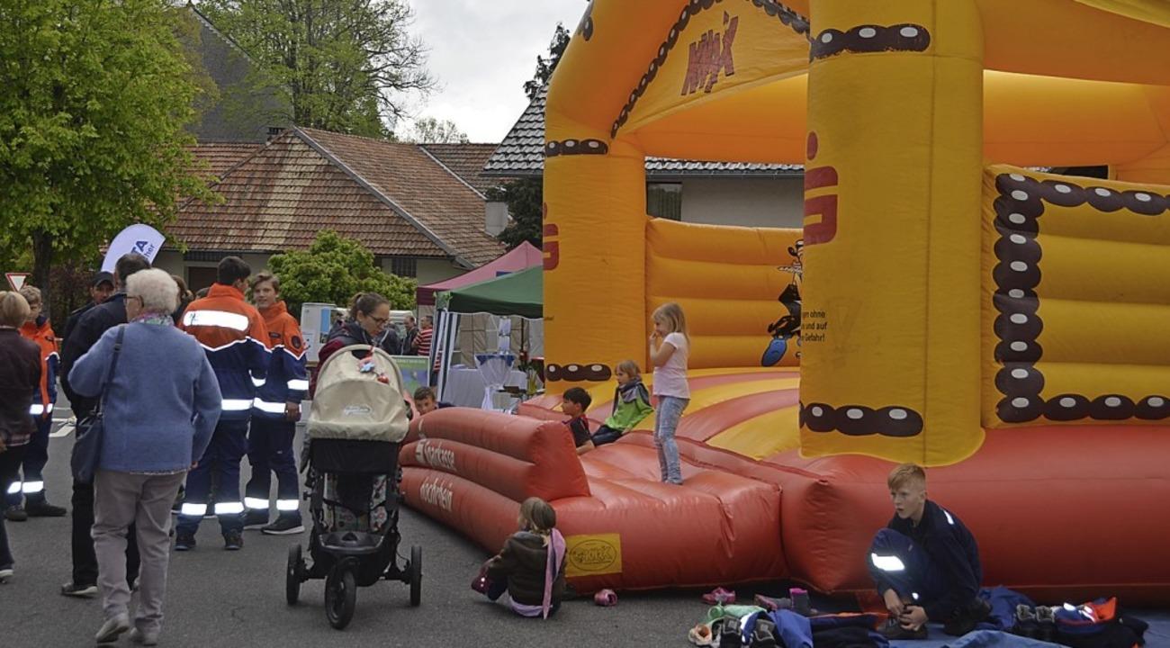 Spaß hatten die Kinder auf der Hüpfburg.  | Foto: Christiane Sahli