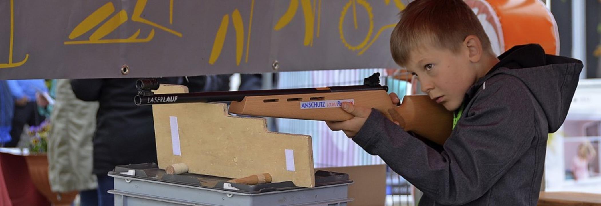 Auch mit dem Lasergewehr konnte sich der Nachwuchs versuchen.  | Foto: Christiane Sahli