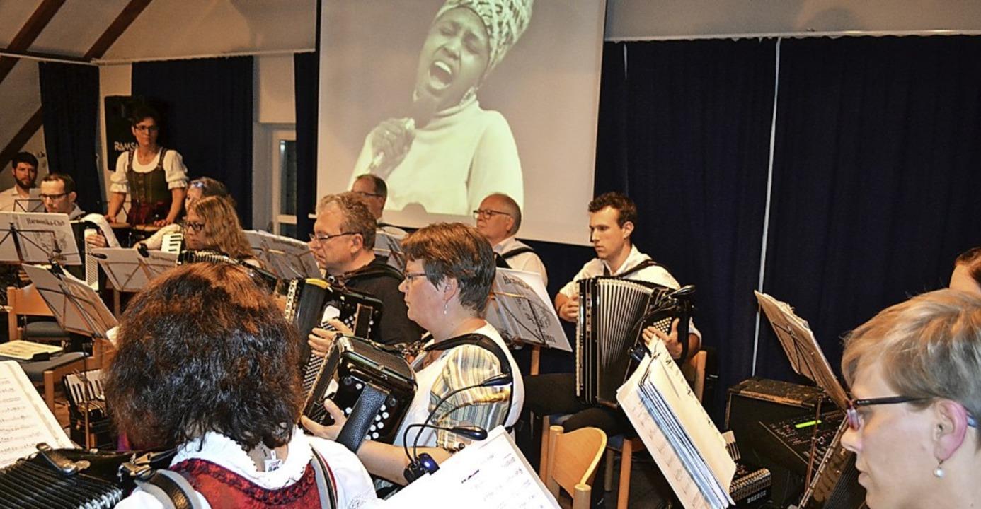 War ein gelungenes Gesamtkunstwerk: da...s Schönauer Handharmonika-Orchesters.     Foto: Paul Berger
