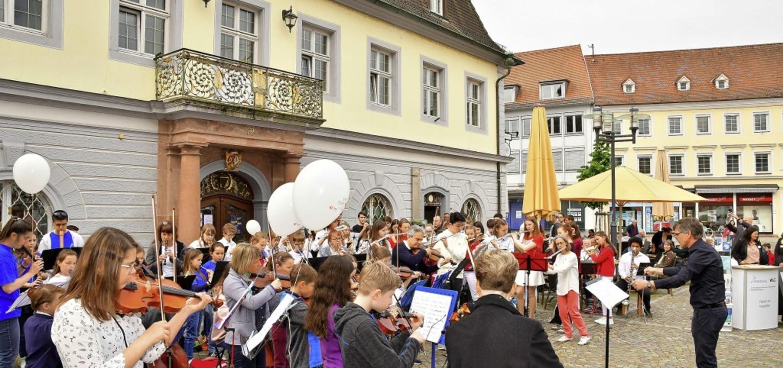 Viele hundert Zuschauer genossen  am S...ätzen   in der Emmendinger Innenstadt.    Foto: Dieter Erggelet