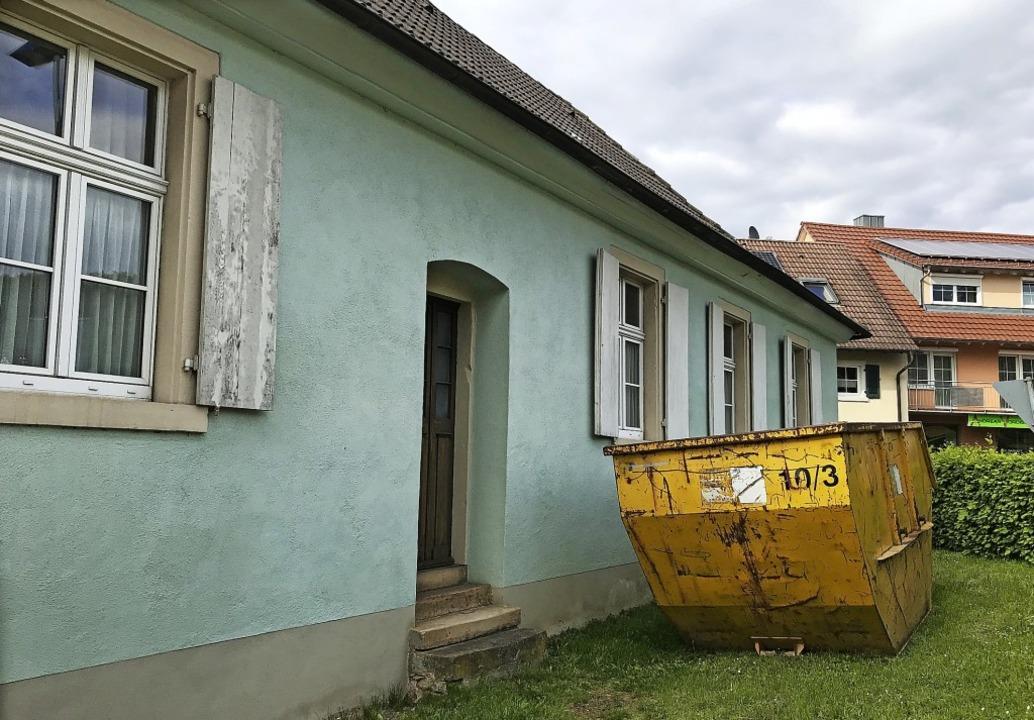 Früher war's ein Schulgebäude, k...praxis und ein Bürgertreff einziehen.   | Foto: Hennicke