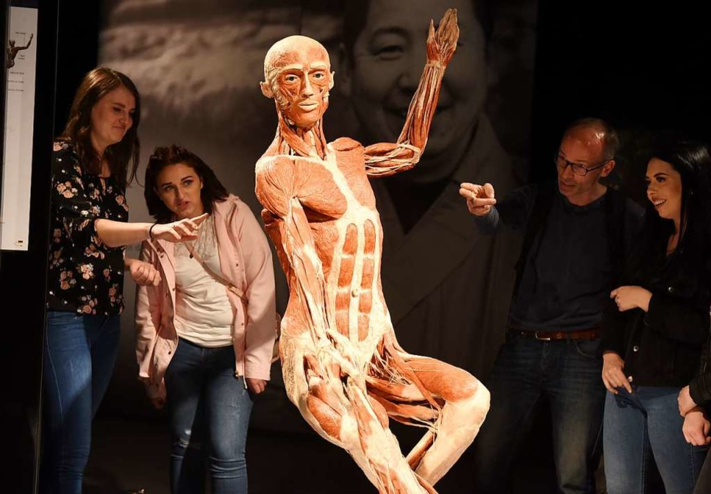 Besucherinnen und Besucher betrachten das Plastinat der Eiskunstläufer.  | Foto: Rita Eggstein