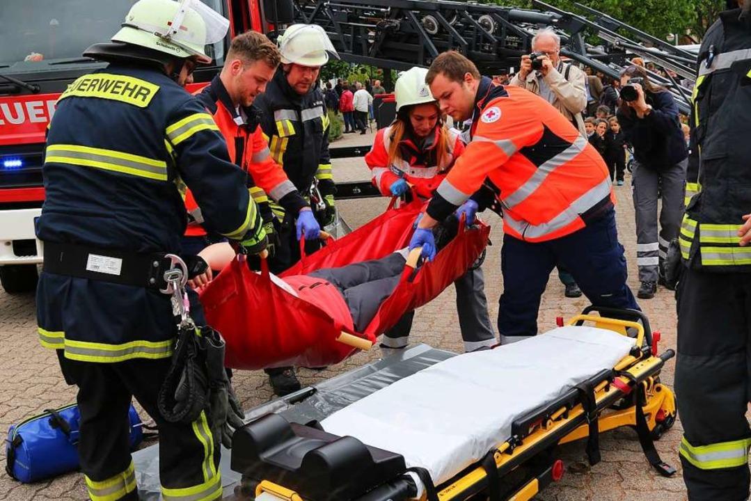 Gemeinsam übten Feuerwehr und Deutsches Rotes Kreuz.  | Foto: Katharina Kubon