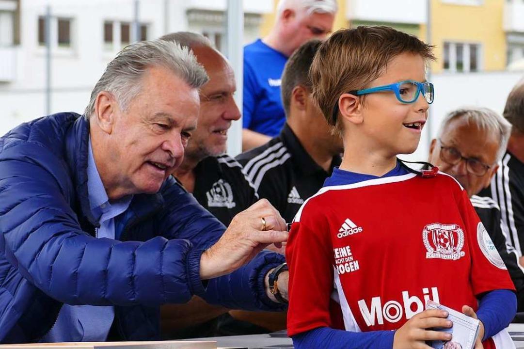 Freude eines jungen Fußballers bei der Autogrammstunde.  | Foto: Peter Gerigk
