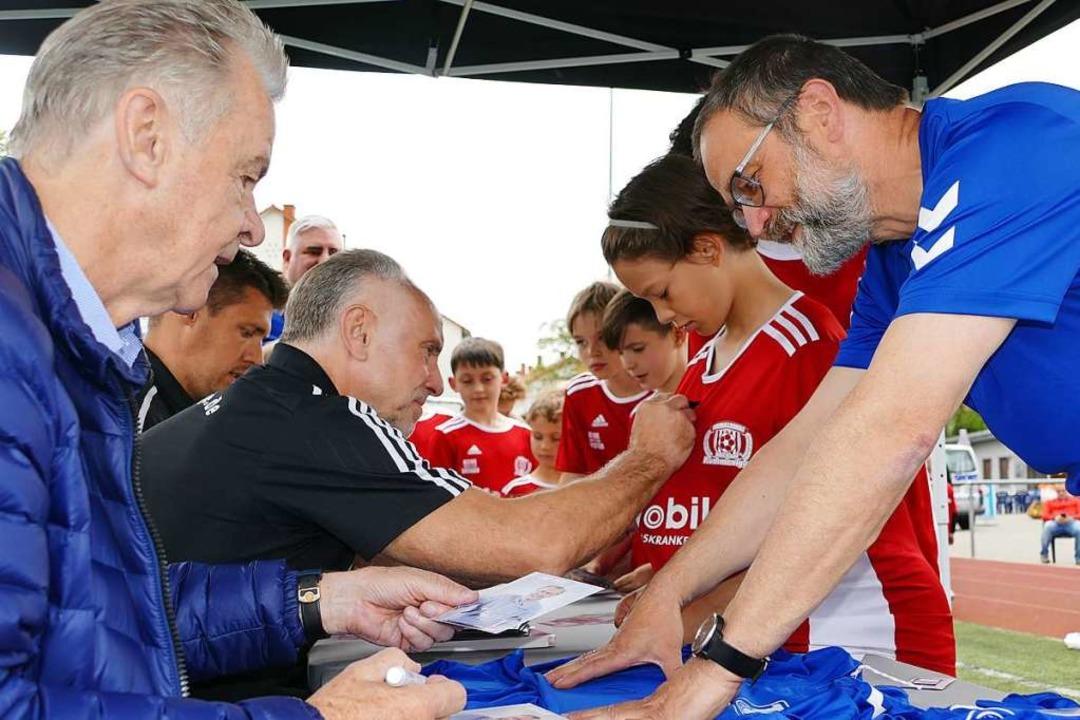 Geduldig warten die Fans bei der Autogrammstunde.  | Foto: Peter Gerigk