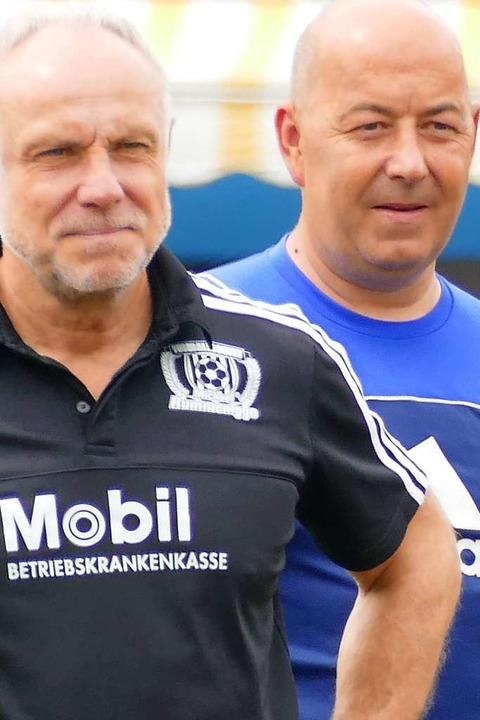 TuS-Jugendleiter Andy Noske blickt Michael Rummenigge über die Schulter.  | Foto: Peter Gerigk