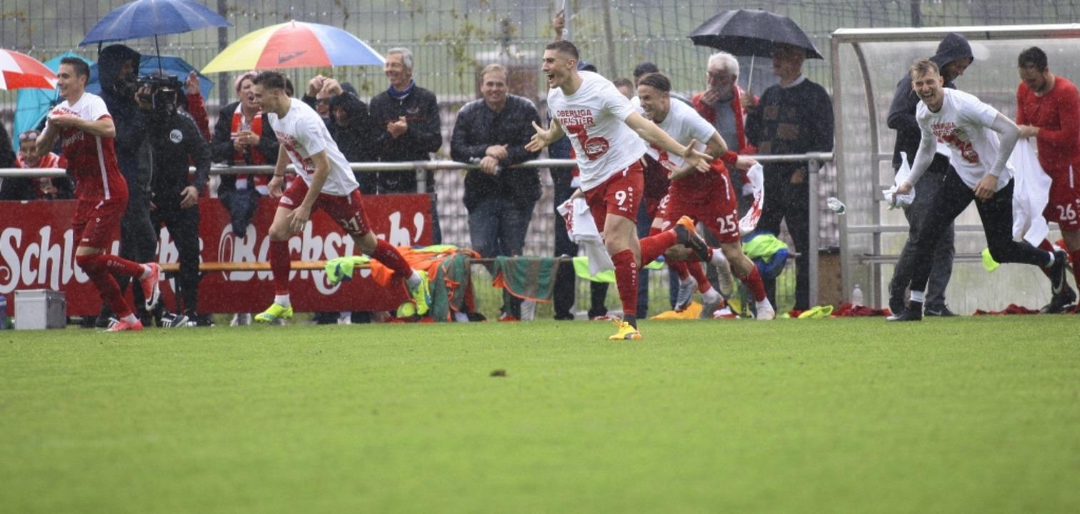 Da spritzt der Meistersekt: Spieler un...C feiern  nach dem Sieg in Oberachern.  | Foto: Peter Aukthun-Goermer