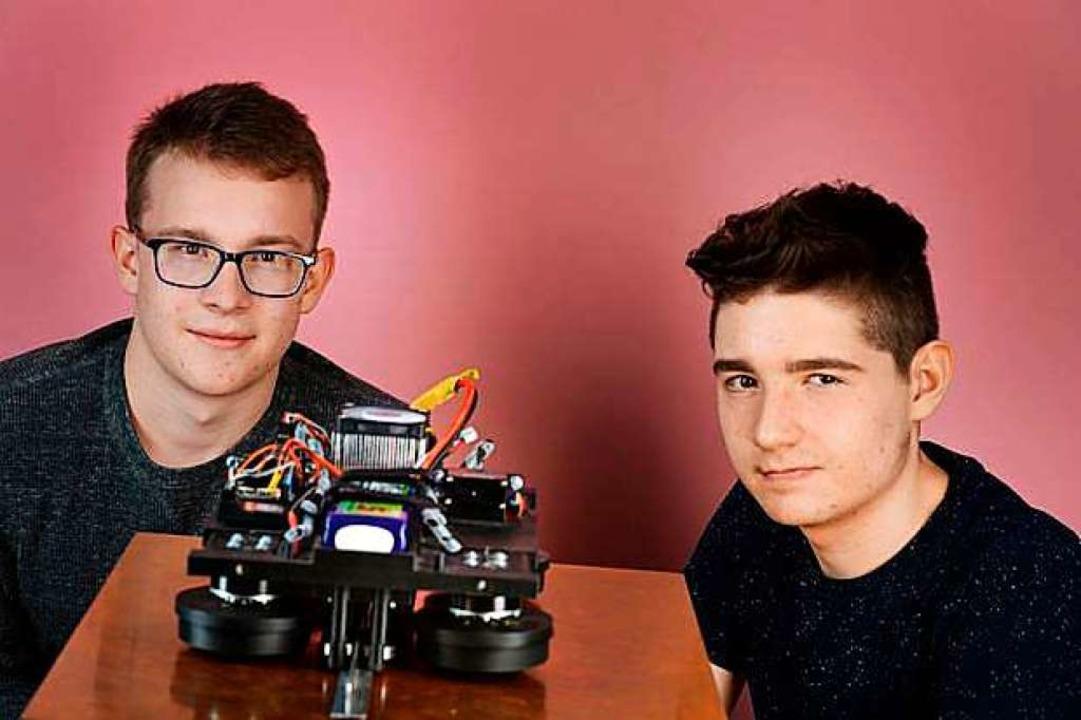 "Felix Sewing und Alex Korocencev aus B...· Magnetically Levitated Vehicle""  | Foto:  (dpa)"