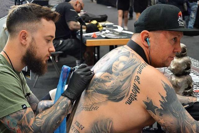 Bunte Bilder auf Waden, Oberarmen und Dekolletees: Tattoo-Messe Offenburg