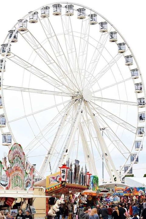 Das neue White-Star-Riesenrad der Scha...lie Göbel aus Worms ist 48 Meter hoch.  | Foto: Rita Eggstein
