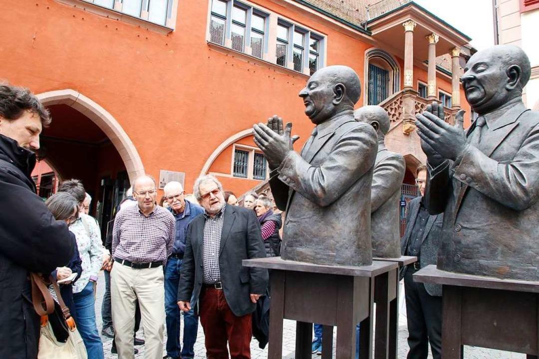 Guido Messer (Mitte) erläutert bei der...r sich bei seinen Bronzen gedacht hat.  | Foto: Heidi Fößel