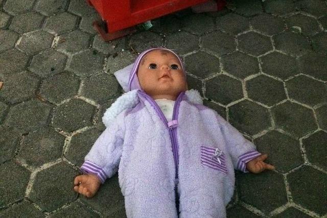 Wimmern aus dem Kleidercontainer: Zum Glück war's nur eine Puppe