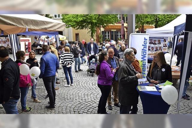 Wie die Kandidaten auf dem Schopfheimer Wochenmarkt um Stimmen werben