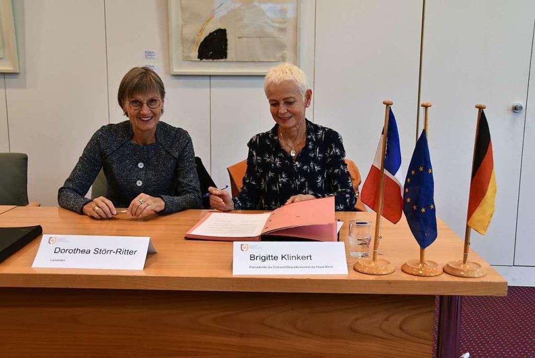 Dorothea Störr-Ritter und Brigitte Kli...chreiben die Kooperationsvereinbarung.  | Foto: Sebastian Wolfrum