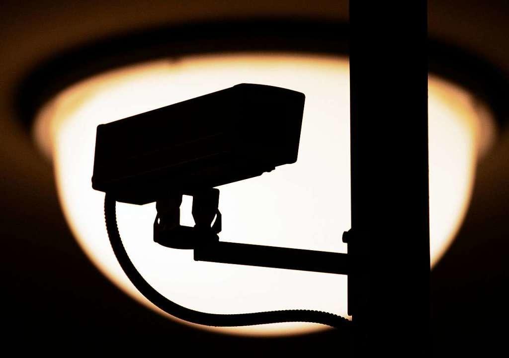 Eine Überwachungskamera (Symbolfoto) h...ourist-Info in Breitnau aufgezeichnet.    Foto: dpa