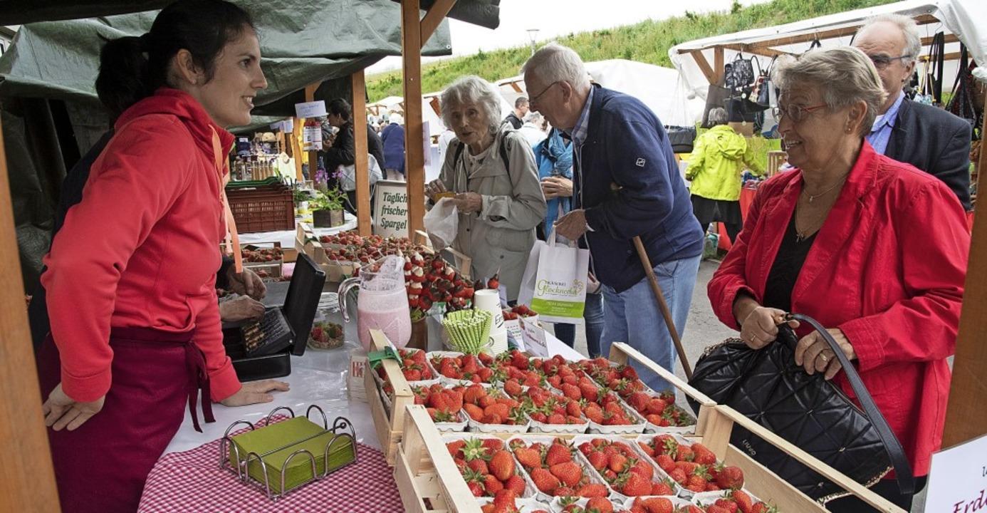 Zum Landfrauenmarkt kamen viele Besucher.   | Foto: Volker Münch