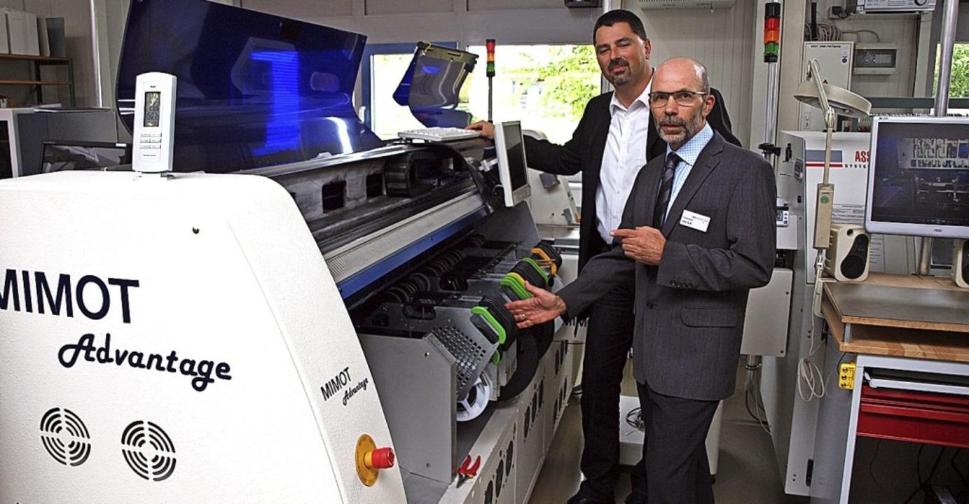 Clemens Meier (rechts) und sein Mitarb... Meier erklären eine ihrer Maschinen.   | Foto: Michael Haberer