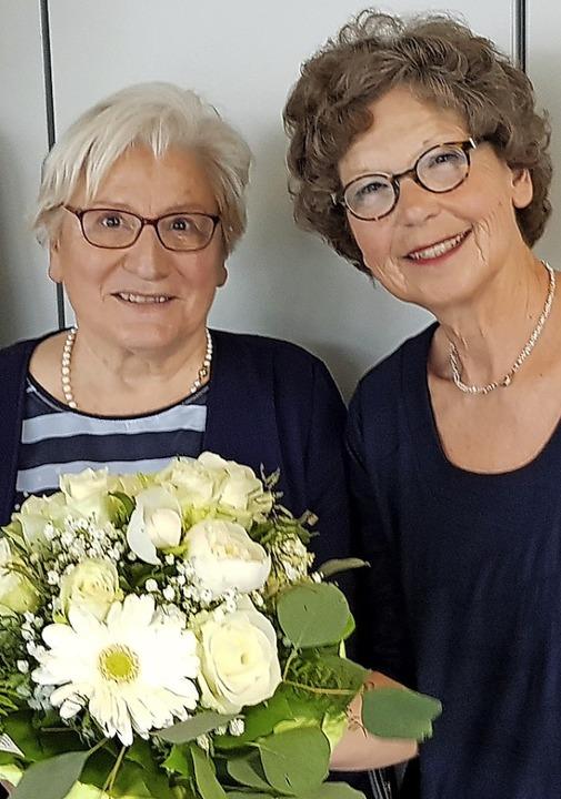 Blumen für Geschäftsführerin Barbara S...inks) überreichte  Annegret Steinberg.  | Foto: Walser